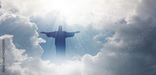 Foto Jesus appeared bright in the sky and Christian Cross with soft fluffy clouds, white and beautiful with the light shining as hope, love and freedom in the sky background