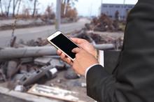 災害時に連絡するビジネスマン