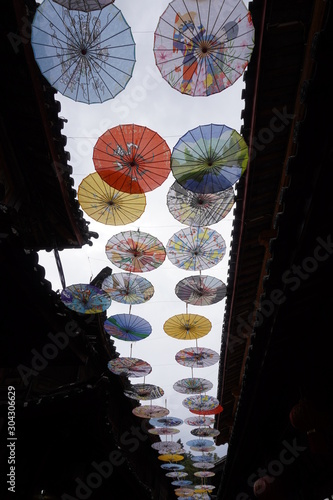 Photo Decorative chinese oil-paper umbrellas in the Dayan old town of Lijiang, Yunnan, China