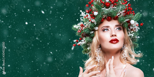 Fotobehang Vrouw gezicht beauty in a Christmas wreath
