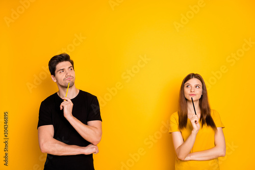 Photographie Photo of thoughtful guessing thinking couple of two people pondering over their