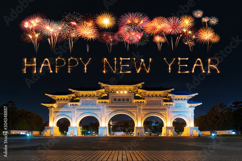 Photo  happy new year fireworks over Chiang Kai-Shek Memorial Hall at night in Taipei,