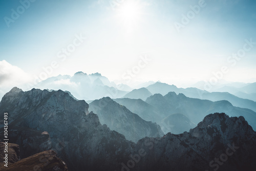 Photo View on the mountains covered in fog from Mangart Pass that connect's Italian an