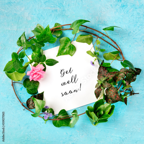 Get well soon square card with a wreath of green ivy leaves and a tender pink ro Fototapet