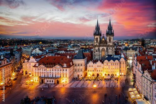 Prag am Abend: Blick auf die Marienkirche am alten Platz der Altstadt mit Lichte Wallpaper Mural
