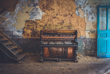 Vieux Piano Dans Une Usine