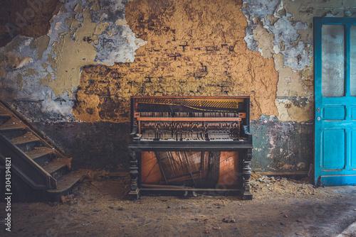 Obraz Vieux piano dans une usine - fototapety do salonu