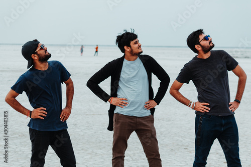 Photo Three friends posing for the photo at the White Desert in Kutch, Gujarat, India