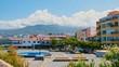 Der Springbrunnen auf dem Plaza del Europa in Puerto de la Cruz auf Teneriffa. Im Hintergrund sieht man das Rathaus.