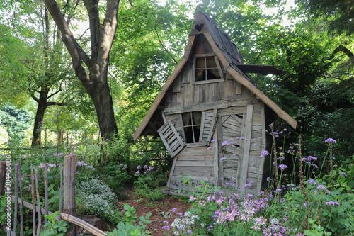 Fotografiet Vieille cabane de sorcière dans les bois