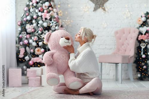 Obraz Young beautiful girl with pink bear - fototapety do salonu