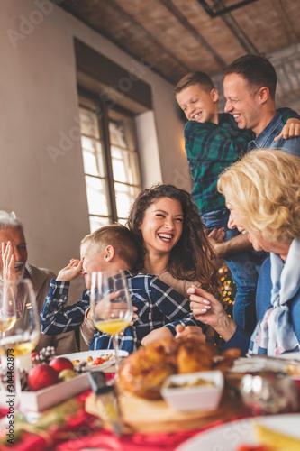 Family gathered for Christmas dinner Fototapete