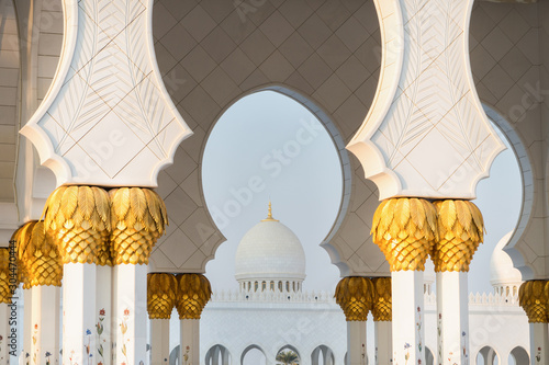 Photo sur Aluminium Abou Dabi Close up view of Sheikh Zayed Grand Mosque, Abu Dhabi, United Arab Emirates. The third biggest mosque in the world.