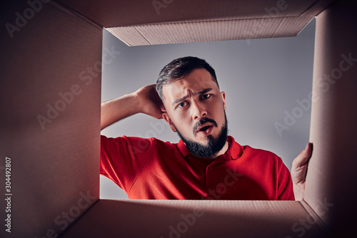 The guy looks in the box. Fotobehang