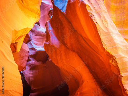 Foto auf AluDibond Rot Antelope Canyon with Red Walls and Sun Rays Behind the Rocks