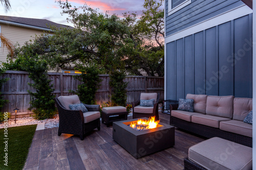 Fotografía Beautiful backyard firepit at dusk