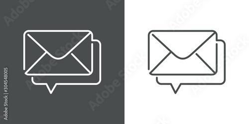 Fotografia  Icono plano lineal nuevo mensaje con sobre y globo voz en fondo gris y fondo bla