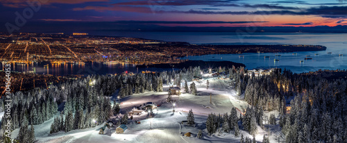 Cuadros en Lienzo Skiing on the illuminated ski slopes of Grouse Mountain with a view of Vancouver
