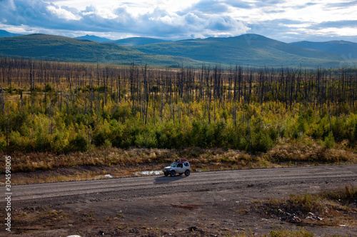 Fotomural 4x4 SUV during the autumn expedition in difficult conditions.