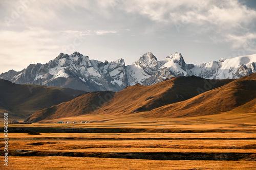 gorska-dolina-i-oboz-jurty-w-kirgistanie