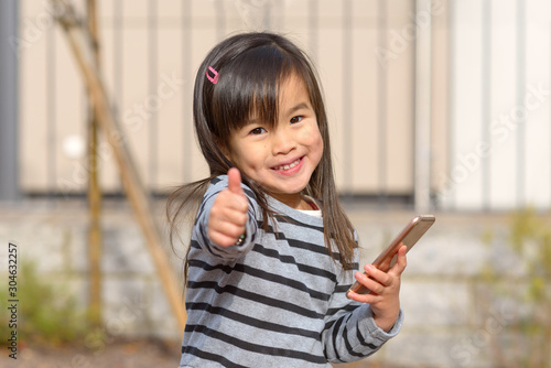 Fotomural Cute young girl with dimples smiling at the camera