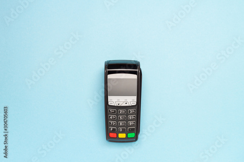 Foto black pos terminal on blue background