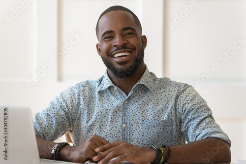 Photo Portrait of smiling biracial man look at camera laughing