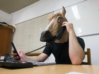 careta caballo habla por telefono