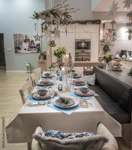Fototapeta Pięknie nakryty stół wigilijny w domu na święta bożego narodzenia obraz
