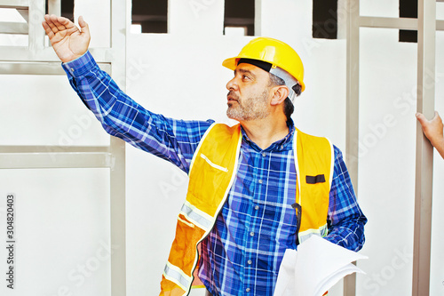 Foto Architect in hardhat and vest
