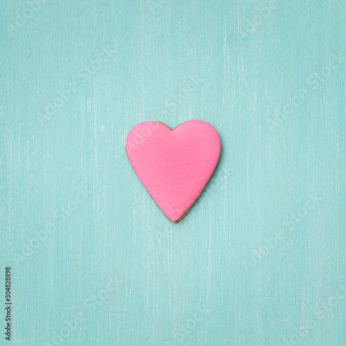 Photo  Cookies covered with pink icing on a turquoise background