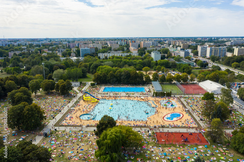 Fototapeta Top view of the city pool in Warsaw, Crowds of people sunbathe and swim in the blue water under the open sky. Poland. obraz na płótnie