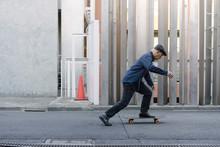 屋外でスケートボード...