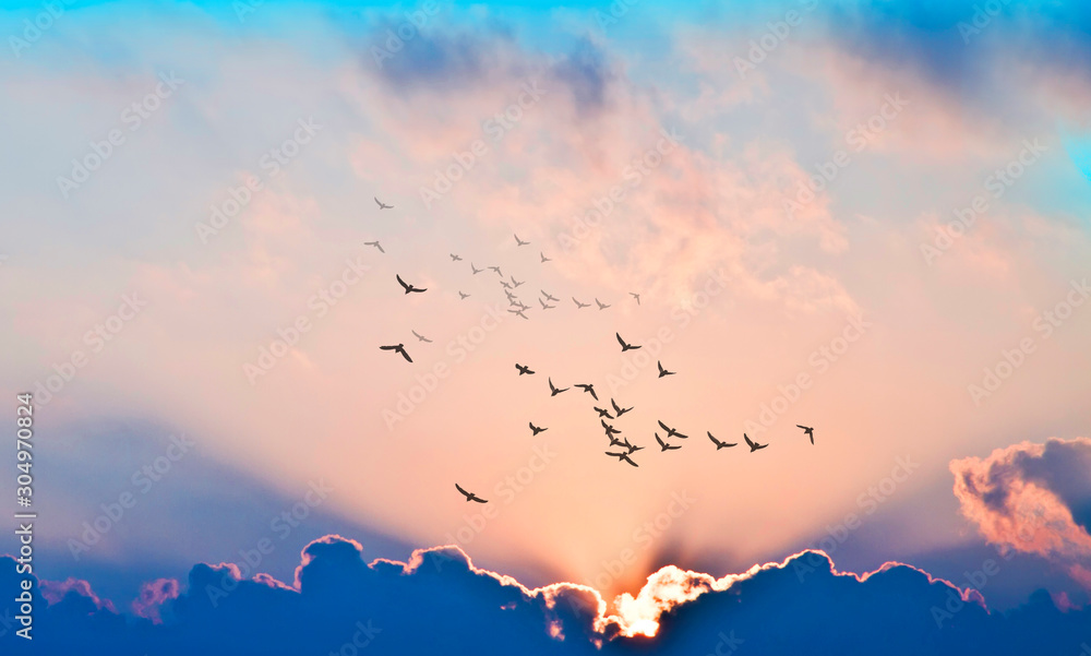 Fototapeta puesta de sol con rayos de luz entre las nubes