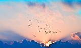 Fototapeta Na sufit - puesta de sol con rayos de luz entre las nubes