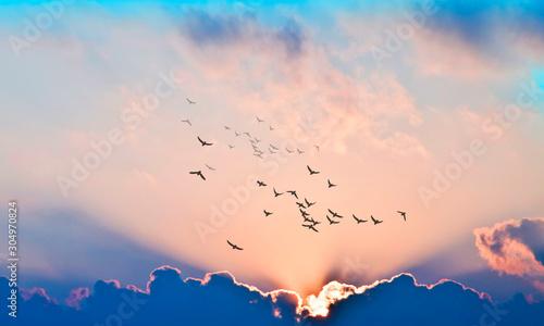 Obraz puesta de sol con rayos de luz entre las nubes - fototapety do salonu
