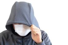 フードをかぶりマスクをつけた怪しい男性