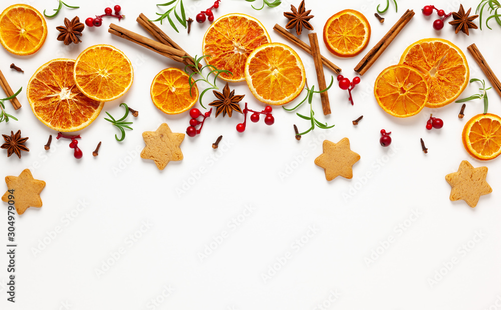 Bożenarodzeniowy skład z ciastkami, wysuszonymi pomarańczami, cynamonowymi kijami i ziele na białym tle. Naturalny składnik żywności do gotowania lub świąteczny wystrój domu. Leżał płasko. <span>plik: #304979094 | autor: Svetlana Kolpakova</span>