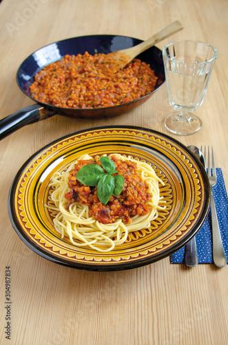 Vegetarische Spaghetti Bolognese mit Basilikum Wallpaper Mural
