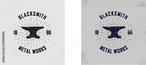 Photo Vector illustration of a blacksmith logo with grunge texture on the background