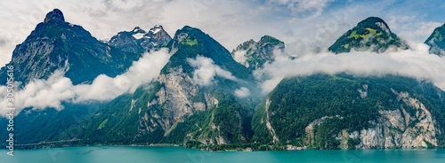 szwajcaria-panoramiczny-widok-na-zielone-alpy-w-poblizu-isleten