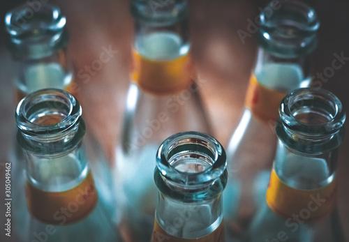 Fototapeta  Glasflaschen auf dem Tisch