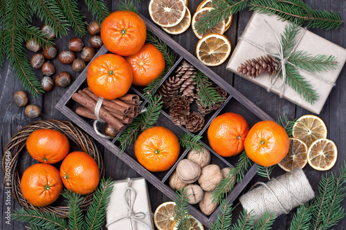 Fotografía Christmas still life with mandarins and pine branches