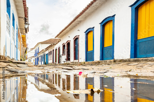 Valokuvatapetti Stones street with reflection in the historical center of Paraty