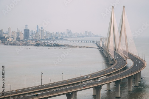 Photo High angle shot of Bandra Worli sealink in Mumbai enveloped with fog
