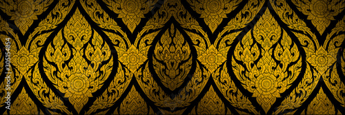 Foto Closeup Thai pattern carving lotus picture at door in temple