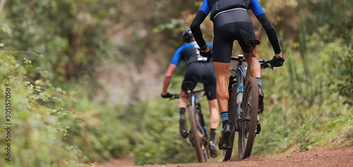 Fototapeta Mountain bikers riding on bike singletrack trail, mountain bike race obraz