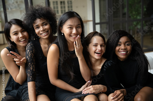 Photo Happy asian woman bride posing with bridesmaids showing ring, portrait