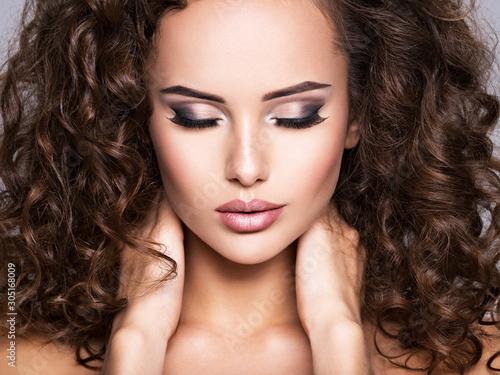 Cuadros en Lienzo  Woman with long bown curly hair