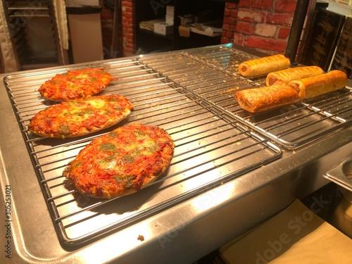 Fototapeta  Pizza in der warmen Theke beim Metzger zum Mittagessen